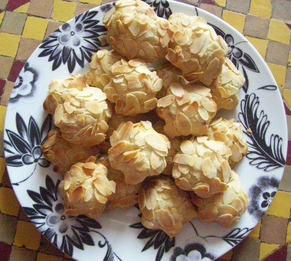 Biscuits-fleur-a-la-datte-et-amandes-effilees--9-.JPG