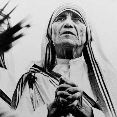 mother-teresa-of-calcutta-prays-during-a-religious-service.jpg