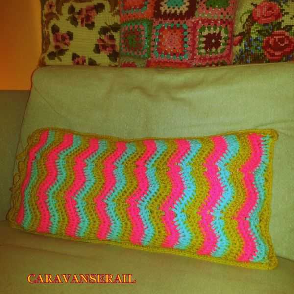 coussin crochet au point de vague le caravanserail de karische. Black Bedroom Furniture Sets. Home Design Ideas