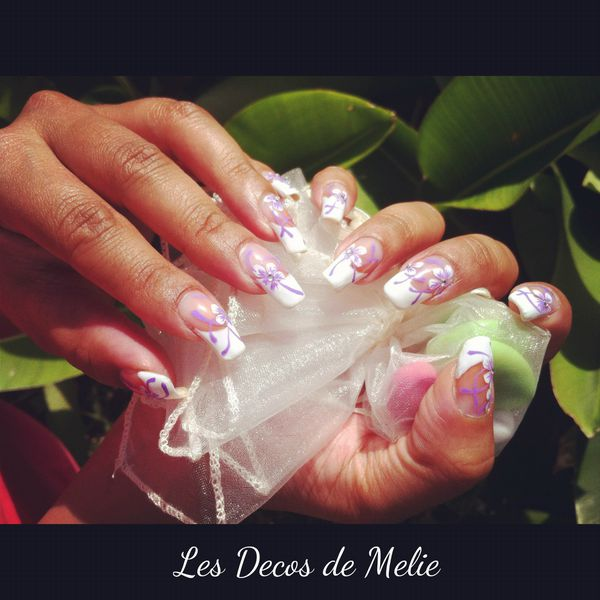 nail-art-french-blanche-decoree-de-fleurs-facon-Saida-Nails.jpg