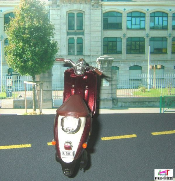 moto scooter yamaha vino yj50r welly 1.18 (3)