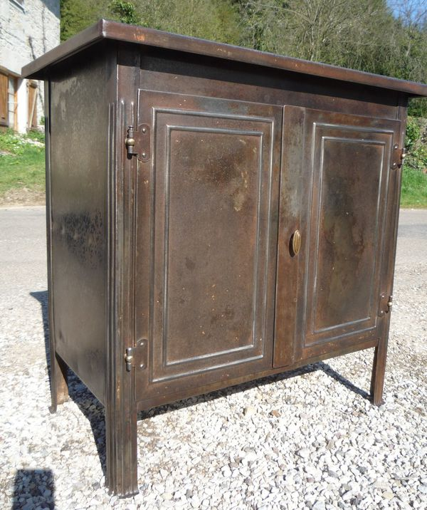 buffet miniature atelier 2 portes t le emboutie vers 1930 mettetal industry design industriel. Black Bedroom Furniture Sets. Home Design Ideas