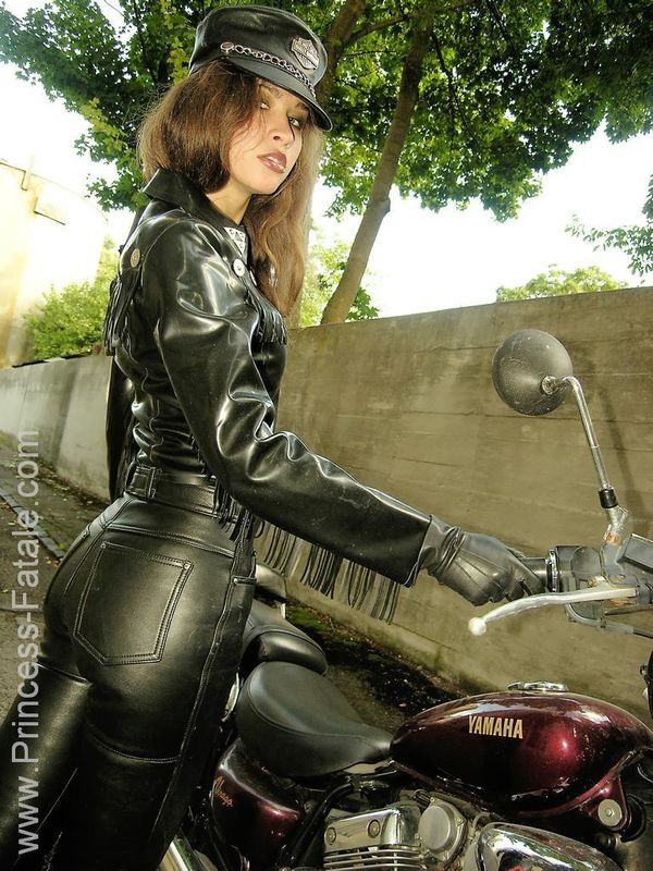 2011 girls on bikes Motorcycle Mistress 005 www.princess-fa