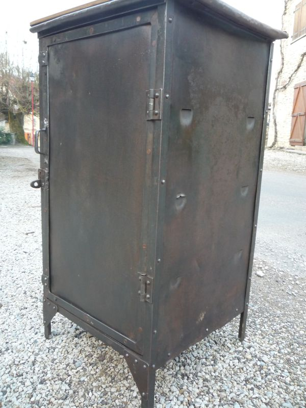 Meuble d 39 atelier 1 porte rivete 1920 mettetal industry for Atelier du meuble