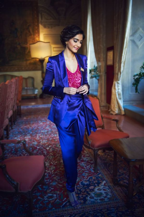 Sonam-Kapoor-at-Salvatore-Ferragamo-Headquarter-in-copie-3.jpg
