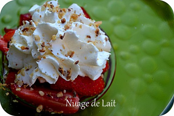 salade de Fraises sirop de Basilic chantilly au pralin