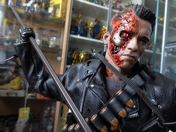 HOT TOYS T-800 TERMINATOR DX 2