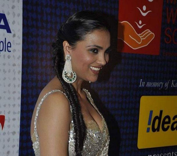 Anuhka-Sharma--Lara-Dutta-walks-at-Manish-s-Mijw-copie-6.jpg