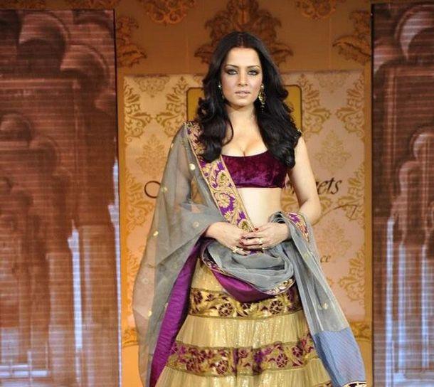 Mijwan-Fashion-Show-Manish-Malhotra-s-latest-fashi-copie-2.jpg