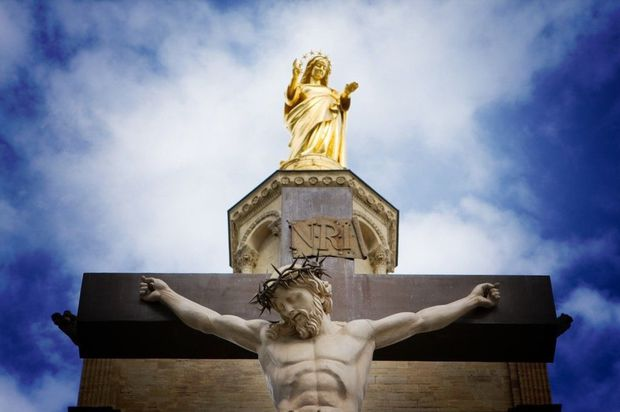 Marie-surplombant-le-Christ-Crucifie-parousie.over-blog.fr.jpg