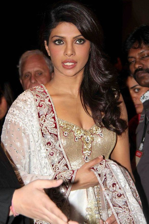 Bollywood-Celebs-at-Shabana-Azmi-s-Mizwan-Show-Pho-copie-6.jpg