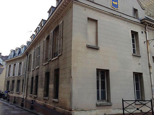 Hôtel de Sourches, école primaire 3 rue des Ecuyers 6 rue de la Procession Saint-Germain-en-Laye