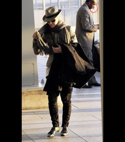 Madonna at Heathrow airport leaving London 20110416 06