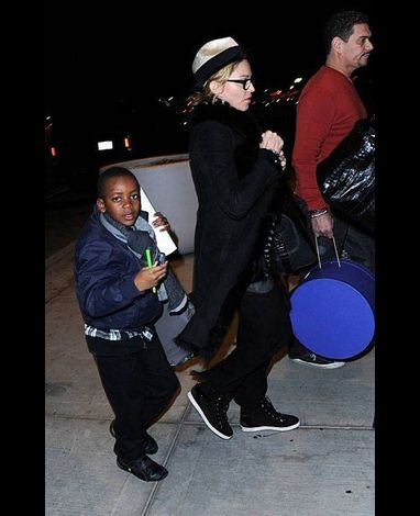 Madonna leaving New York for London 20110402 01