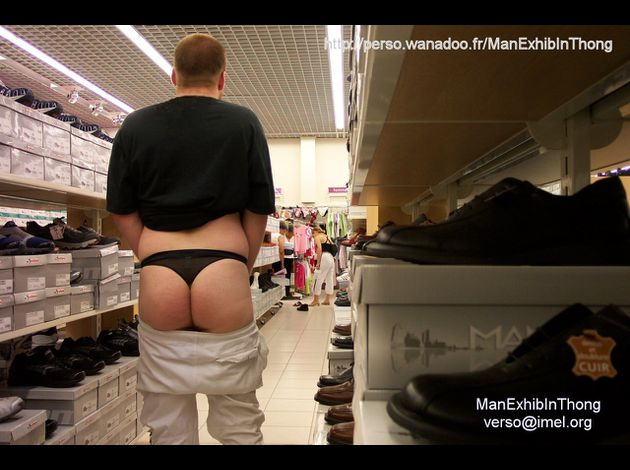 ManExhibInThong - ete 2004 - photo dans un magasin - public