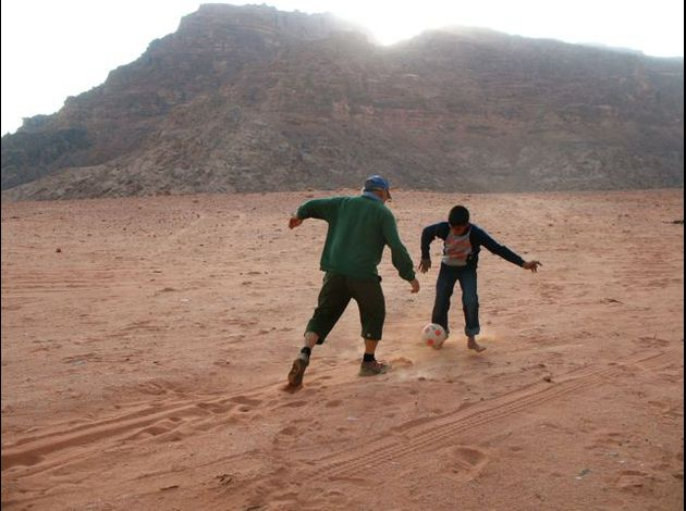 51 Wadi Rum : football sur un  terrain gant