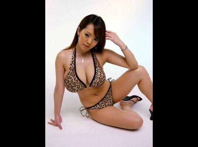 Hitomitanaka-posing-seductive-bikini 28