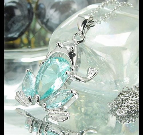 Pendentif grenouille or blanc saphirs bleus suisses