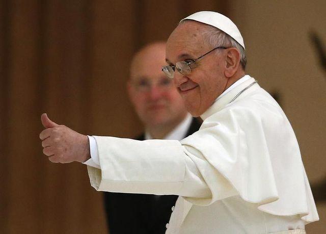 pape-pouce-leve-francois.jpg