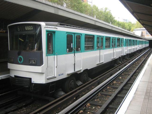 métro station Saint-Jacques