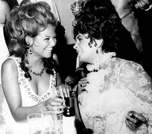 CLAUDIA CARDINALE ET ELIZABETH TAYLOR AU FESTIVAL DE VENISE