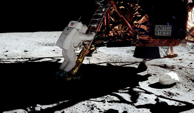 Buzz Aldrin descendant du LEM, sur la lune