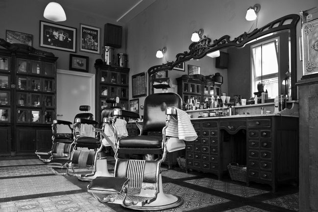 Schorem-haarsnijder-barbier-chairs-and-cabinet1.jpg