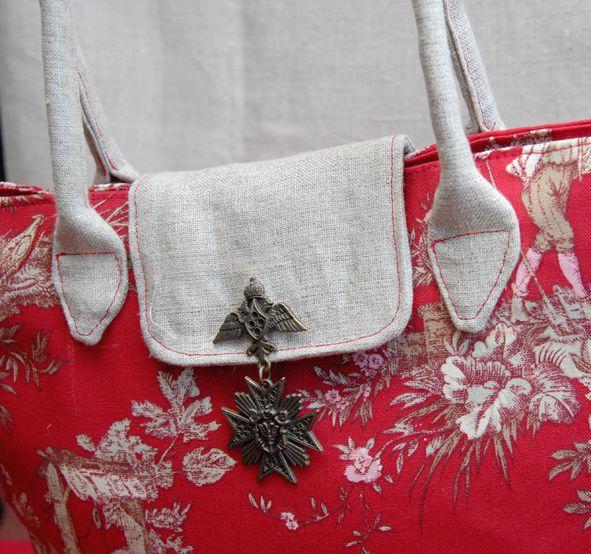 sac-toile-de-jouy-rouge-facon-pliable-detail-rabas.jpg