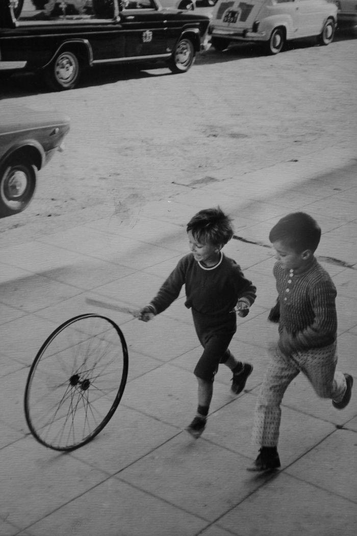 Henri Cartier-Bresson enfants jouant dans la rue