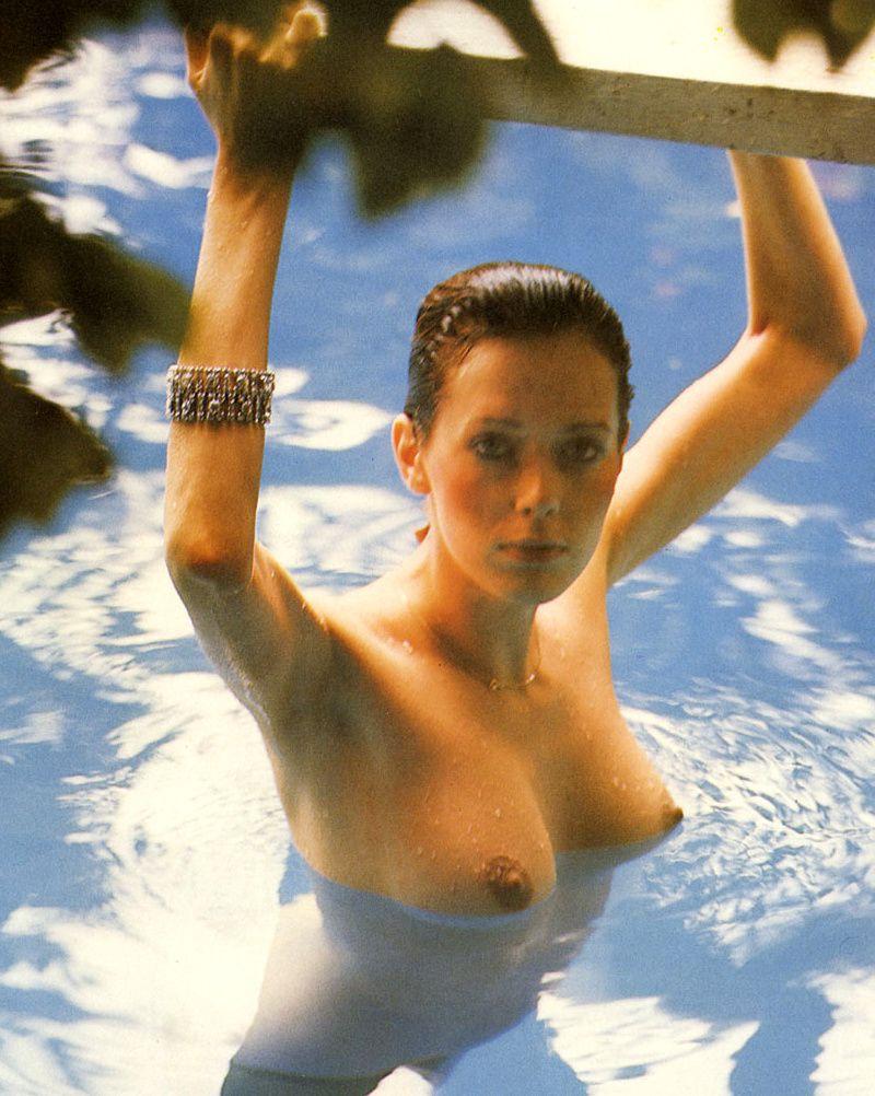 Kristel_Sylvia_sein_nue_piscine_emmanuelle.jpg