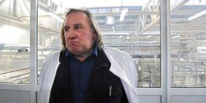 Gerard-Depardieu-visitant-l-usine-de-fromage-Sarmich-a-Sa.jpg