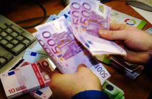 cashier_counting_euro_notes.jpg