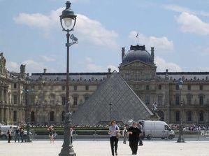 Paris 2008 1l la pyramide du Louvre