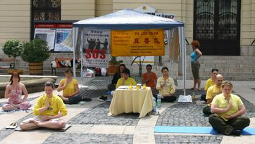falun gong séance de méditation dans une rue de pecs