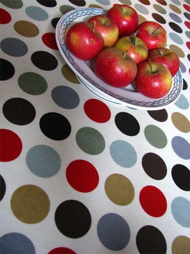Pommes sur nappe avec ronds