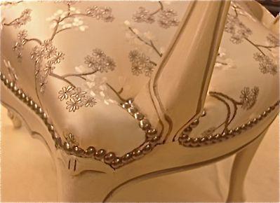Cabriolet Louis XV satin brodé & clous argent