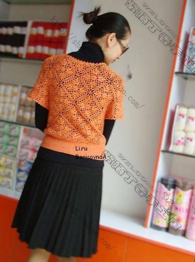 tunque orange aux motifs carrés.