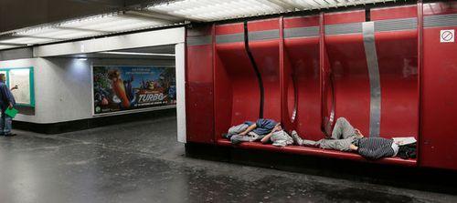 des-personnes-sans-abri-dorment-dans-une-station-de-rer-le-.jpg