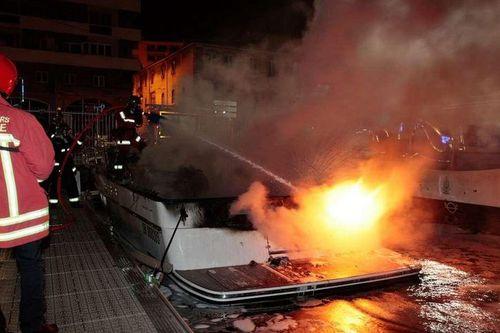 incendie-bateau-port-de-marseille-1.JPG