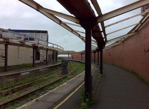 Folkestone-quais-de-la-gare-de-passagers-sur-le-port