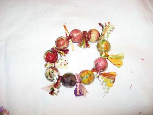 collier-perles-en-bois-et-fleurs-collees-assorti-au-collie.jpg