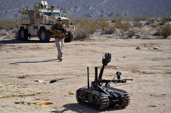 us_military_with_robot.jpg