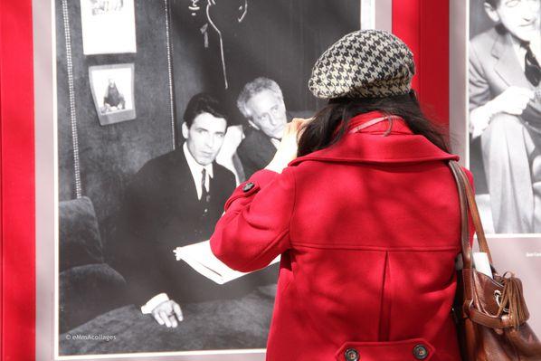 Cocteau-et-la-photographe-en-rouge--Jardin-du-Palais-royal-.jpg