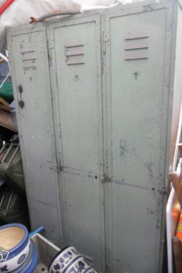 Vestiaire-penderie-3-portes-rivete--97-cm-1920.PNG