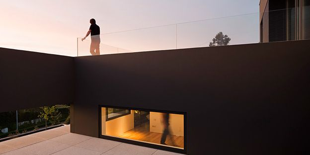 02-House-in-Guimaraes-by-Sequeira-Architects-on-usti-mag-b.jpg
