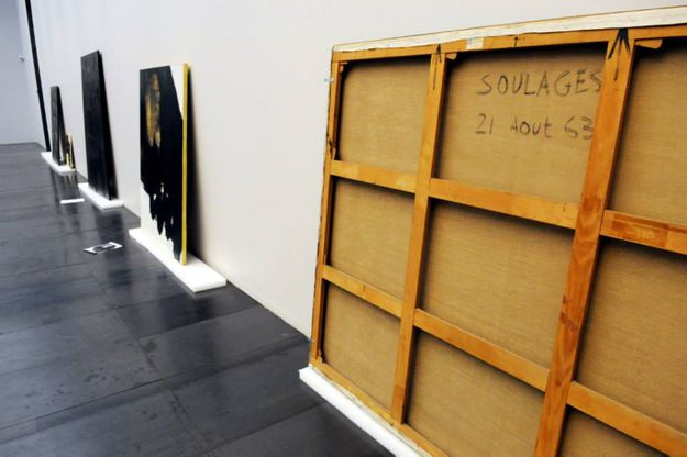 PIERRE-SOULAGES-PREPARING-EXHIBITION-MUSEE-SOULAGES-RODEZ-F.jpg