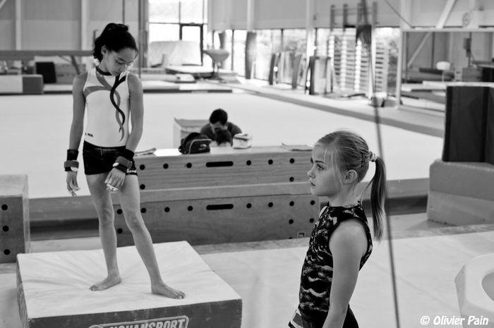 gymnastes pensives devant les barres parallèles